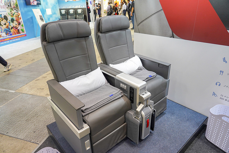プレミアムエコノミークラスのシートを展示しているアメリカン航空ブース