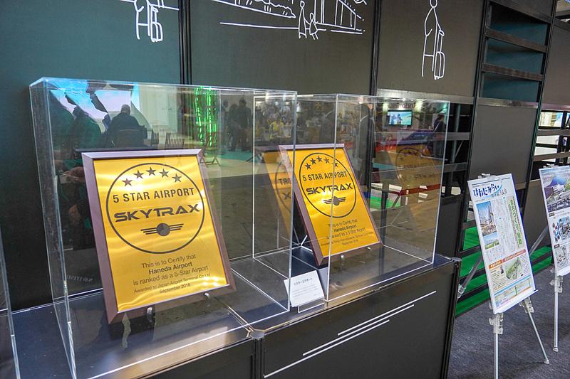 2018年に獲得したSKYTRAXのアワードの盾も展示している
