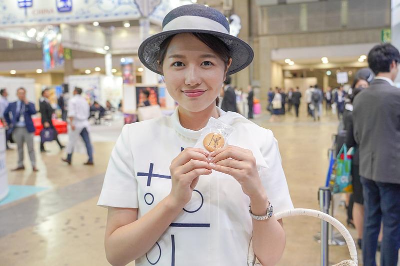 羽田空港のブースでは、クイズとアンケートに答えることで、羽田空港特製のグッズがもらえるツアーを行なっている