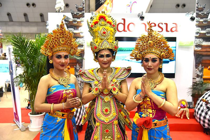 バリの民族衣装やヘッドドレス姿のきらびやかなダンサーたちが迎えてくれた