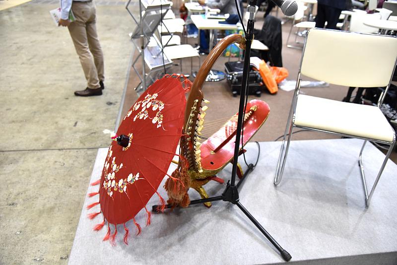 漆などで装飾が施された伝統楽器のサウン・ガウ