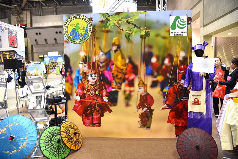 ブースに併設されているミャンマーの民族衣装体験エリア