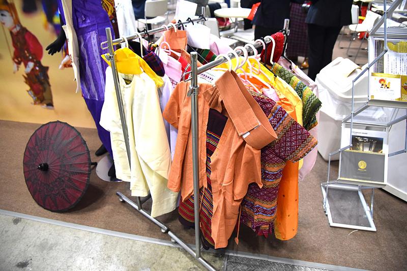 ずらりと並んだ衣装から好みの民族の服をチョイス
