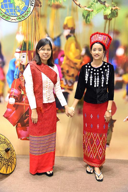 写真左からモン族やカチン族の衣装