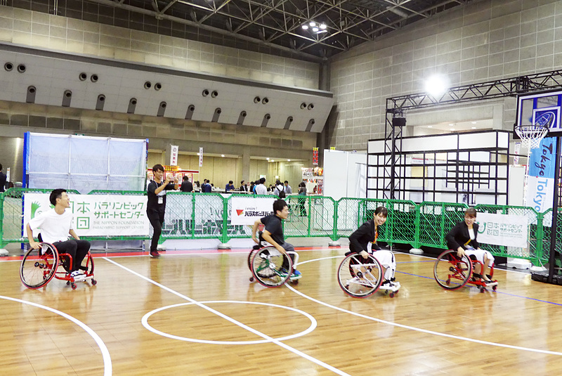 日本財団パラリンピックサポートセンターのプロジェクトリーダー、伊吹祐輔さんと車いすバスケットボールで使われる車いすで「鬼ごっこ」。鬼になった伊吹さんに全員あっという間に捕まりました