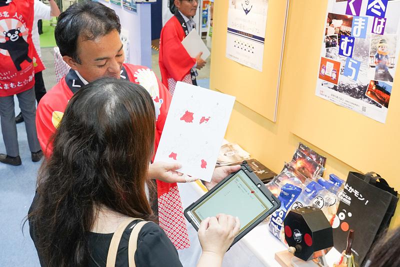 熊本県観光連盟ブースでは、iPadでアンケート後にくじ引きでプレゼントがもらえる