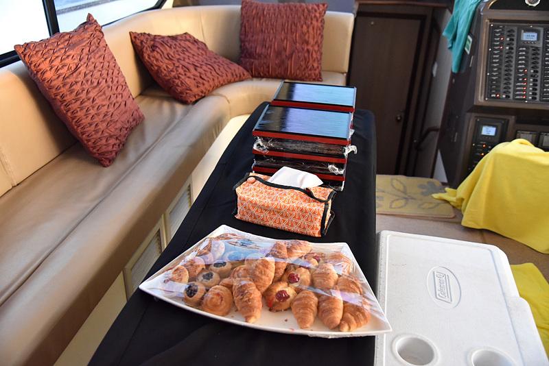 船の中はソファとテーブルが置かれ、ゆったりできるスペースを確保。もちろんお手洗いも奥にある