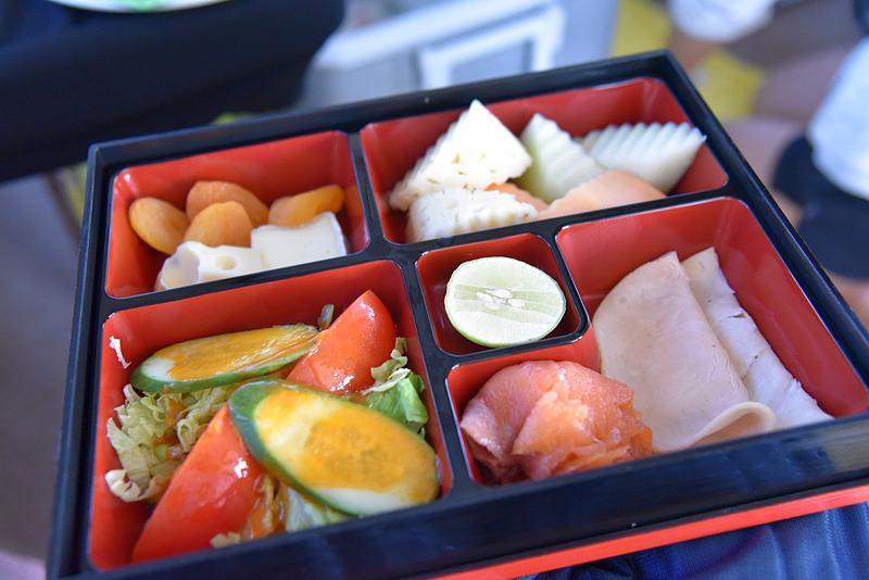 1人ずつ渡されるボックスの中にはサラダやチーズなどがたっぷり