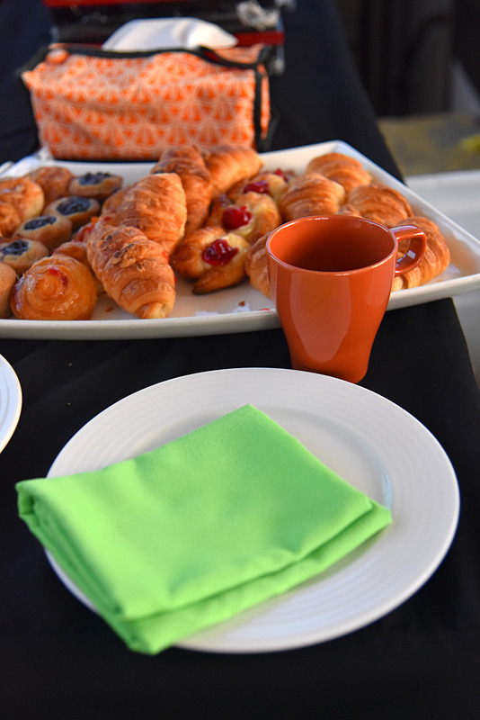 船の上での優雅な朝食がスタート