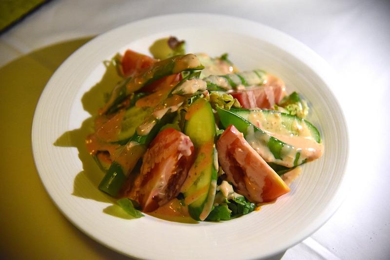 アスパラガスやトマトにレタスなどフレッシュな野菜がたっぷりのサラダ