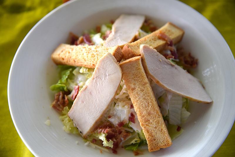 スモークサーモンまたはチキンのどちらかが選べる「Caesar Salada」