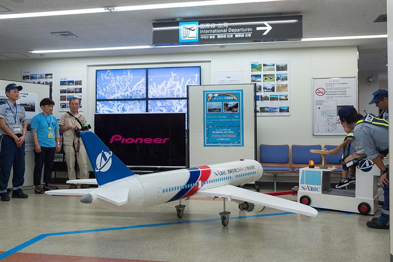 発砲スチロールと塩ビ管で作られた大きな飛行機模型を使ったプッシュバック体験