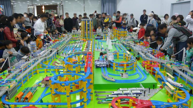 「新幹線変形ロボ シンカリオン」とコラボしたプラレールの巨大ジオラマも展示