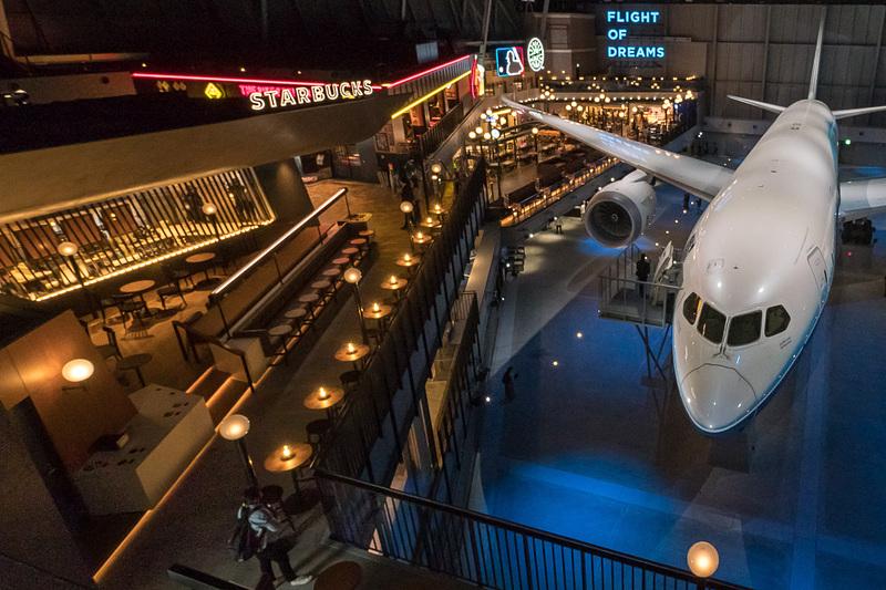 ボーイング 787型機の飛行試験機1号機展示を中心とする複合施設「FLIGHT OF DREAMS(フライト・オブ・ドリームズ)」の飲食・物販コーナー「SEATTELE TERRACE」を紹介