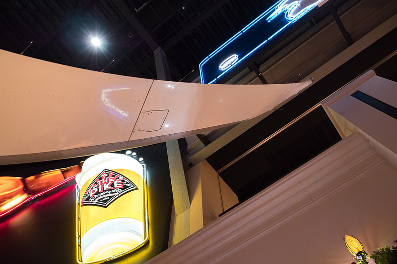 2階のフードコートにはZA001の主翼が屋根のようにせり出してきている