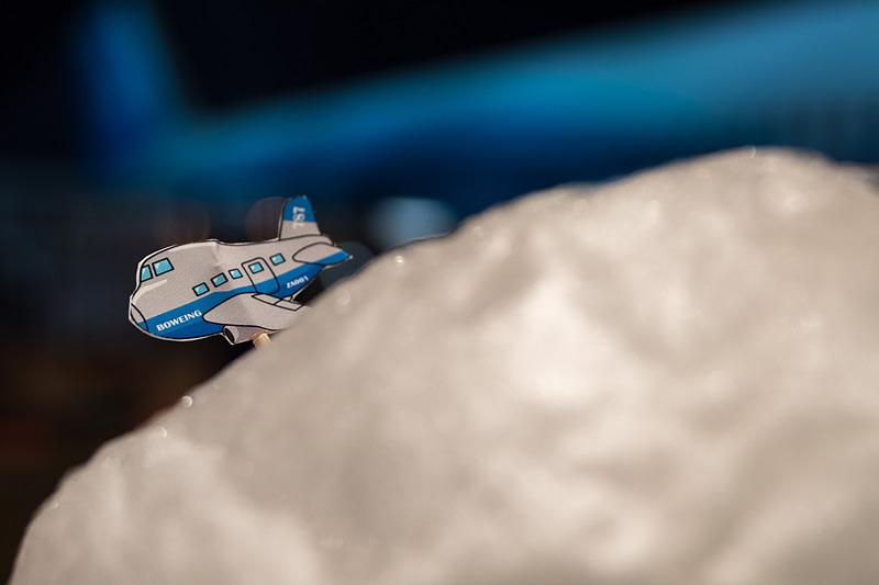 綿あめの上を飛行機が飛んでいるイメージ