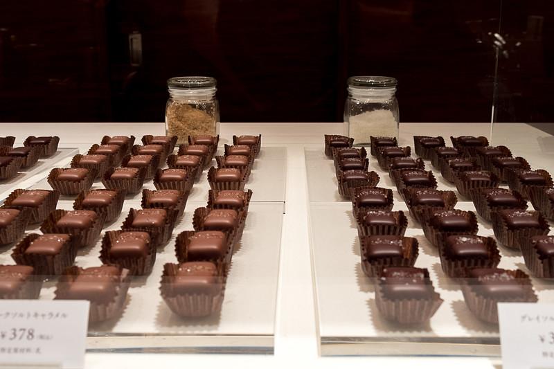 人気の塩キャラメルチョコレート。左のミルクチョコにスモークソルト、右のダークチョコにグレイソルトを使っている