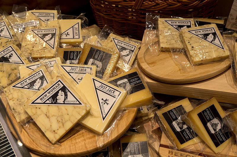 同店オリジナルのチーズを販売