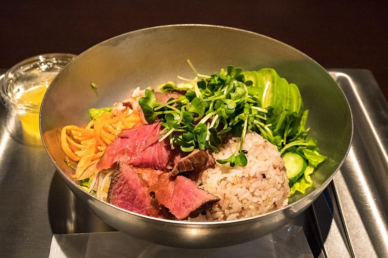 「FOODIESの牛もも肉」(1450円)。野菜たっぷりだがボリューム満点