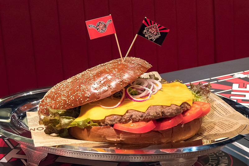 「ビッグハンバーガー」(1万238円)。1.2kgのパティを使った要予約メニュー