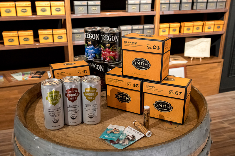 衣類から食品、日用品まで、オレゴン州特産のさまざまなアイテムを販売する