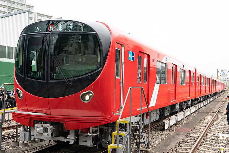 丸ノ内線新型車両「2000系」。こちらの側面には線路脇に給電用のサードレールがある