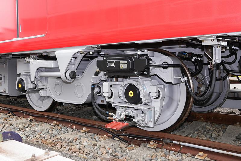 台車は、銀座線で実績のある片軸操舵方式を採用