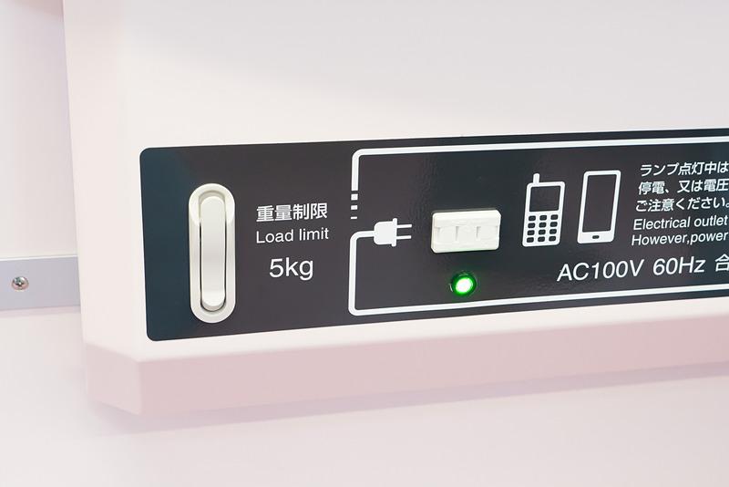 100Vコンセントと荷掛フック。自由に使えるが、コンセントは特に緊急時のことを考えて設置