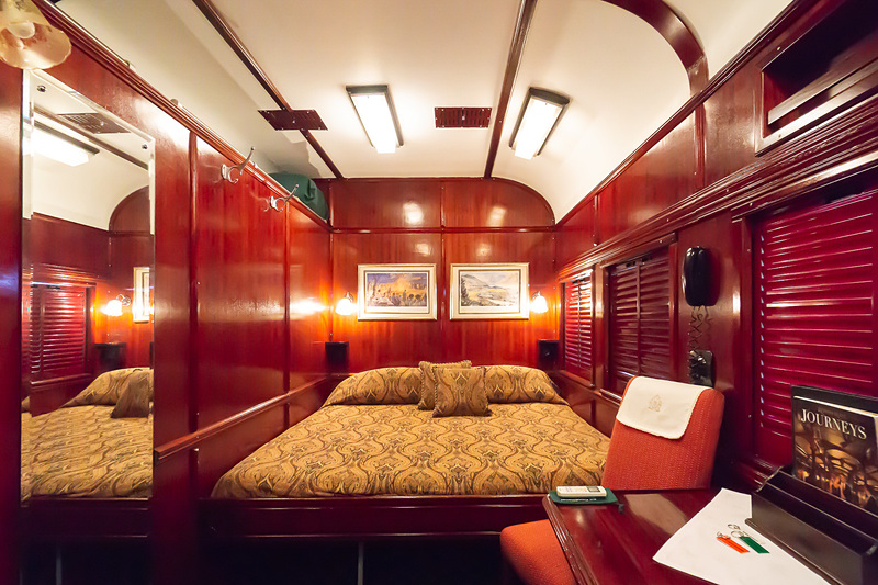 デラックス・スイートの客室。ダブルベッド縦タイプ