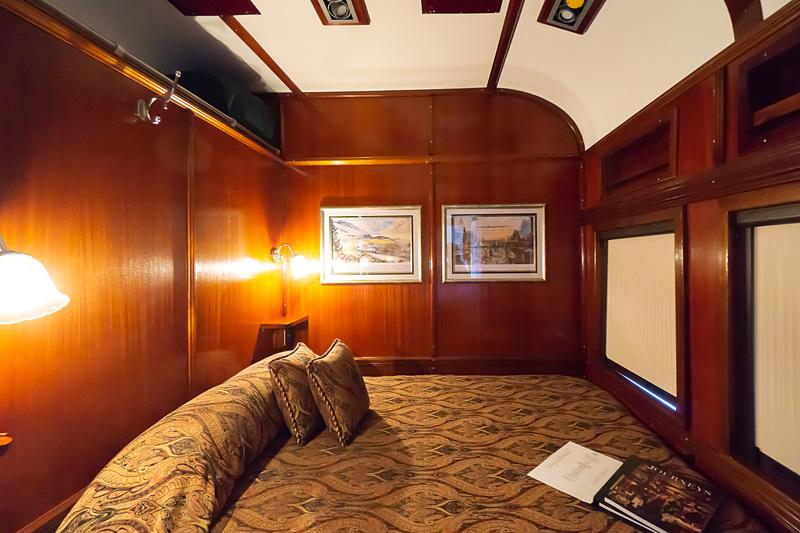 プルマン・スイートの客室(※ジョージ・プルマンは寝台車の開発で有名)。ダブルベッドタイプ