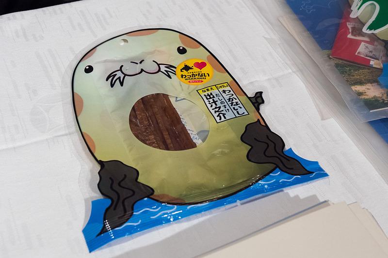 稚内市のPRブース。観光イメージキャラクターの「出汁之介(だしのすけ)」パッケージの利尻昆布をアピール。試食も提供