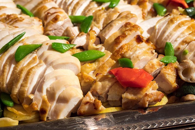 「知床鶏 塩麹マリネ ポルチーニソース ポテトと茸を添えて」