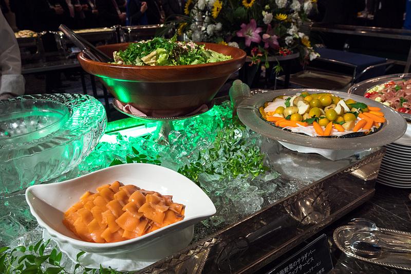 「季節野菜のサラダバー(北海道で仕上げるスモークサーモン、北海道の大地で育つ旨味豊かな野菜)」