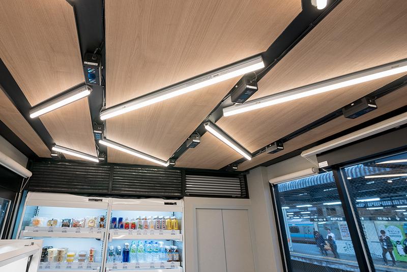 天井には人の動きを認識することを主目的としたカメラ。こちらは16台のカメラを使用している
