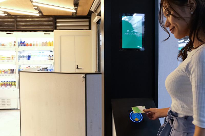 お店の入り口でSuicaなどの交通系ICカードをかざすとドアが開いて入店できる。同時に入店できるのは3名まで