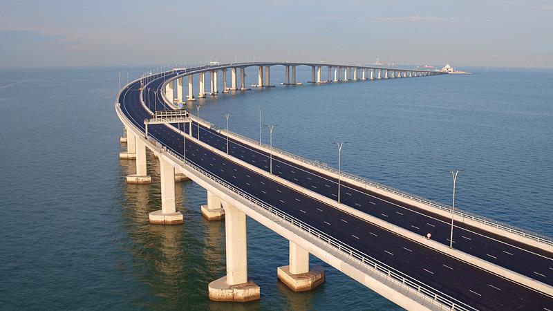 開通した港珠澳大橋(左)と、香港側の入出境手続き施設(右)(画像出典:香港政府観光局)