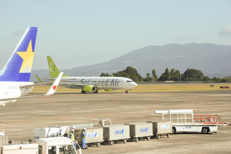 セントレアから到着したSNA19便がスポット前で待機中