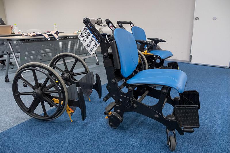 モルフは保安検査場の門形金属探知機を通過できるように樹脂製となっているほか、大きな車輪を取り外すことで機内まで移乗せずに進める。このほかにも空港用としては、大柄な人向け、リクライニング対応、フルフラット対応など、さまざまな車いすを準備している