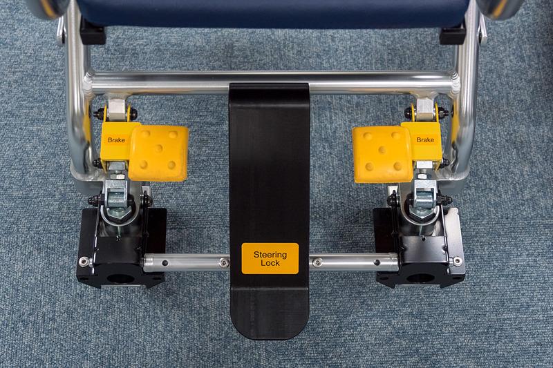 機内用車いすは折りたたんだ状態で飛行機内に配備されている。手すりの上げ下げが可能で、背もたれにはサポートベルトを装備。4WS(四輪操舵)なので機内でも小回りが効く
