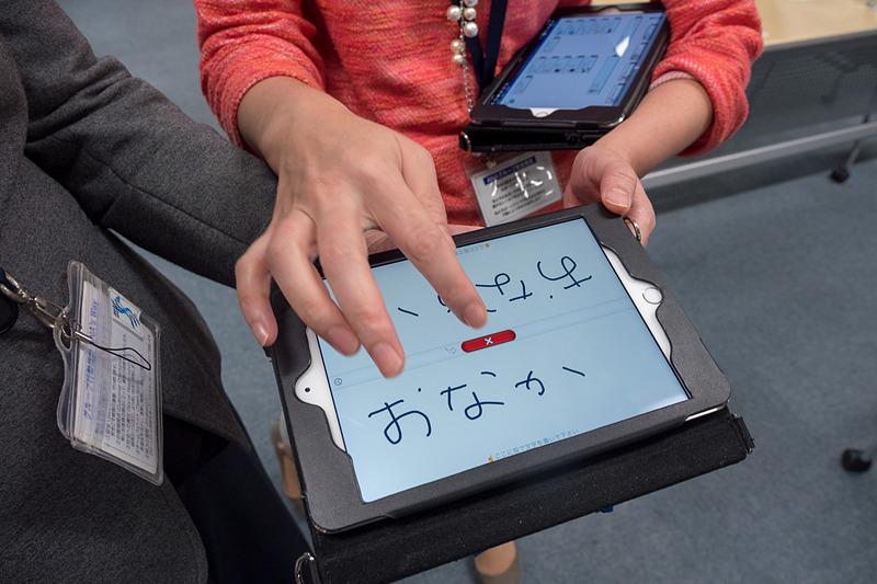 空港や機内でグローバルかつユニバーサルな顧客対応を行なえる「コミュニケーション支援ボード」。多言語対応で、よくあるやりとりを文字、音声で提示できるほか、やりとりが必要な場合に便利な筆談ツールなどを備えている