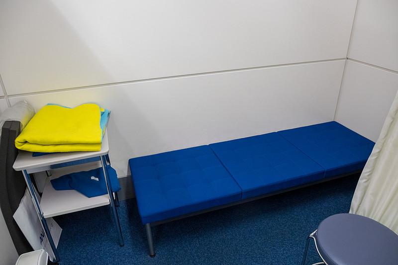 点滴フックを備えたベッドが置かれた部屋も