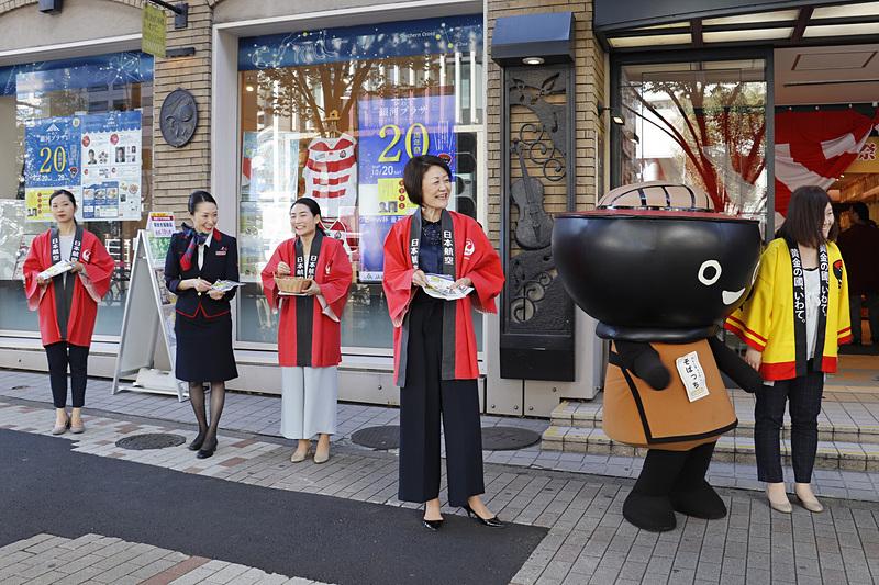 店頭では大川順子副会長らが積極的にチラシを配布