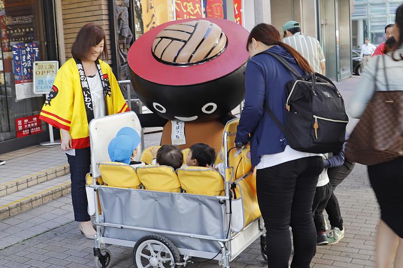 わんこそばのマスコットキャラクター「そばっち」も登場して一緒に呼びかけ。通りがかった保育園児にも大人気だった