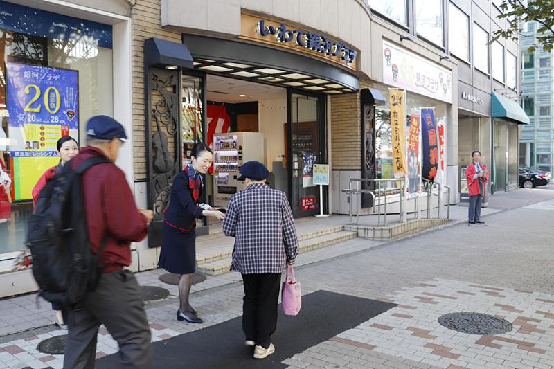 にぎやかな雰囲気に、声がけされた多くの人が入店していた。外国人観光客も英語で次々に案内
