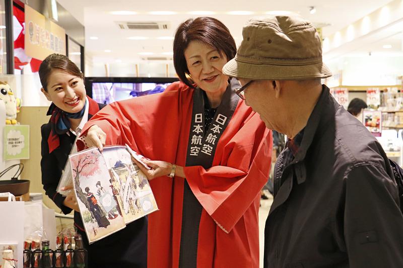 大川氏やスタッフが抽選の手伝いやJALからのプレゼントを実施