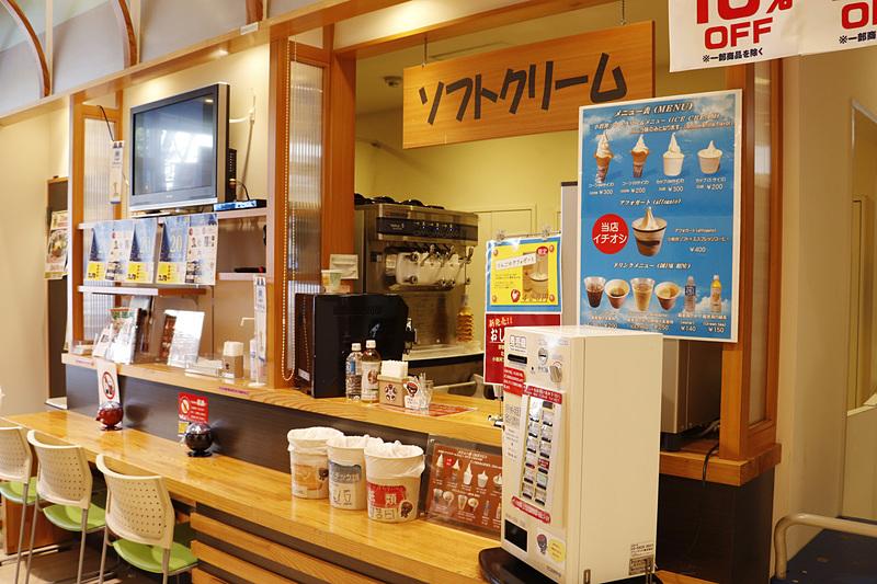 大人気の「小岩井ソフトクリーム」のコーナーは開店後は常に人だかりが