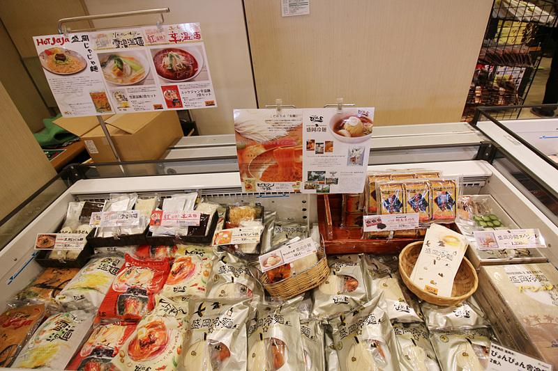 「ぴょんぴょん舎」をはじめとする有名店から集められたさまざまな盛岡冷麺のコーナーも