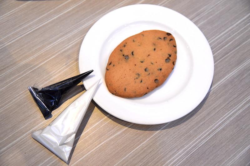 アイシングを使ってラグビーシェイプのクッキーにデコレーションをしていく