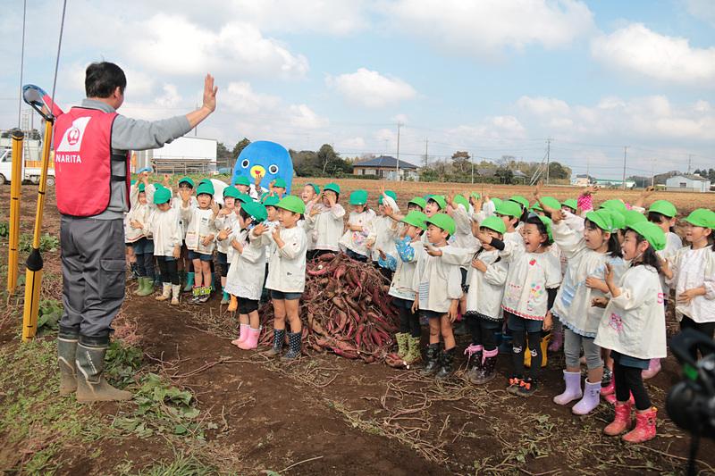 サツマイモ掘りが終了して、園児代表と鎌形社長があいさつ。みんなで手を振ってイベントは終了した