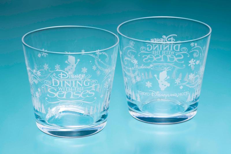 参加者にはオラフのシルエットと「ディズニー・ダイニング・ウィズ・ザ・センス」のロゴが入った、本プログラム限定デザインのグラスをプレゼント